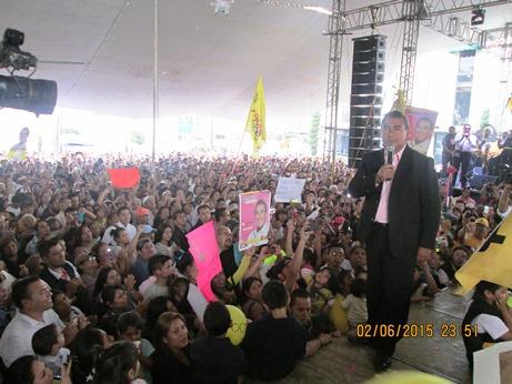 Con una explanada municipal  a tope, cerró campaña Octavio Martínez
