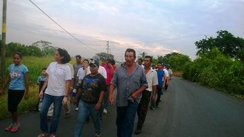 Marchando al lado de sus familias para exigir   justicia