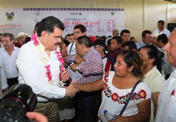 El gobernador Olvera Ruiz, durante su visita a la Huasteca hidalguense
