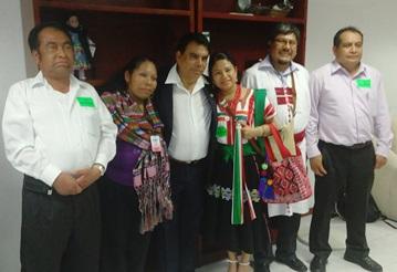 El diputado oaxaqueño con la comisión de indígenas  chiapanecos que acudió a San Lázaro