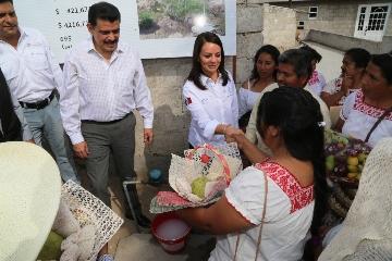 el gobernador  Francisco  Olvera  y la titular de la CDI conversaron y convivieron  con los  habitantes del Valle del Mezquital