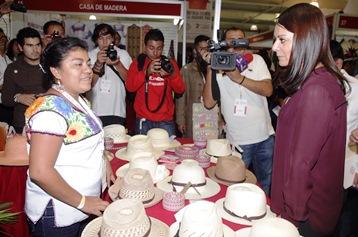 La titular de la CDI mantiene un contacto permanente con los  artesanos de los pueblos originarios