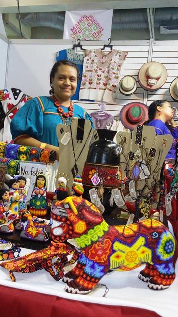 Manos indígenas elaborando verdaderas piezas de arte, únicas en el mundo
