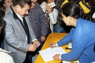 Isidro Pedraza durante su registro ante el PRD