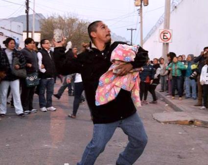 A pedradas se enfrentaron los familiares de los internos, con los custodios del penal
