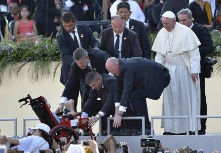 """Fuera de todo protocolo, el Papa Francisco sale al """"encuentro"""" de un niño en silla de ruedas que pide saludarlo en el estadio de los Jaguares, en Tuxtla Gutiérrez hoy."""