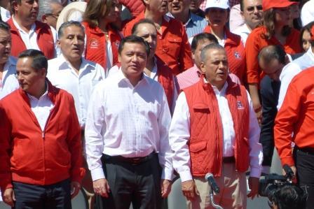 Miguel Osorio Chong, flanqueado por Alberto Meléndez Apodaca, líder del PRI en Hidalgo y por Manlio Fabio Beltrones, líder nacional priísta