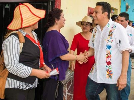 El abanderado del PRI lució  durante su recorrido una camisa bordada por indígenas tepehuas