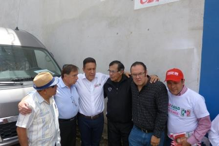 El candidato Fayad Menese, acompañado por personalidades del deporte, como el ex campeón Pipino Cuevas