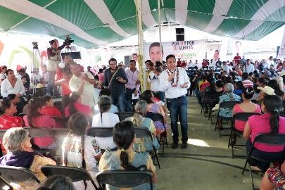 Yahualica junto a una docena de comunidades. El candidato tricolor, les habló en lenguaje  de ellos y hasta guaseó. Parece ya en caballo de hacienda desde el arranque