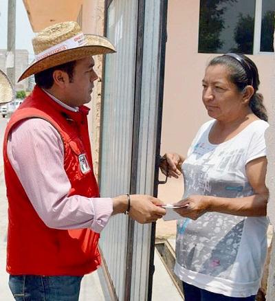 El joven candidato sigue visitando los hogares del Distrito VIII