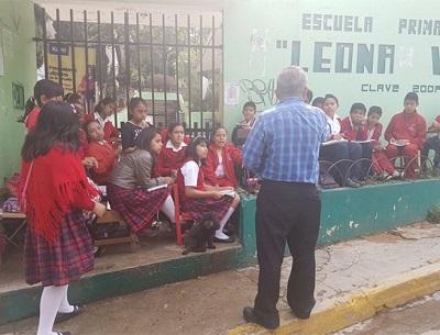 """Un maestro, que antepone el derecho de sus alumnos a clases sobre órdenes de la CNTE, identificado como Octavio Estrada Martínez, da clase en una calle de Oaxaca. Su escuela """"Leona Vicario"""", está cerrada en paro. Así publica hoy Excélsior una imagen del conflicto."""
