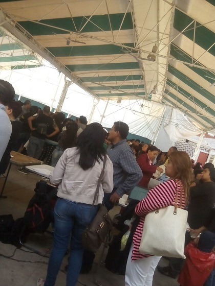 La gente esperando su pago en la Casa del Agrarista