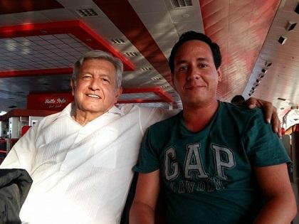 A decir del autor de la foto, el líder de Morena fue acompañado de su esposa. Foto: Facebook