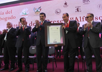 El galardonado recibió la felicitación personal del gobernador