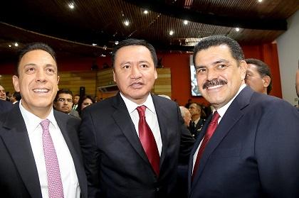 El gobernador electo, Omar Fayad, el Secretario de  Gobernación, Miguel Ángel Osorio, y el gobernador, Francisco Olvera, en  la foto para la historia