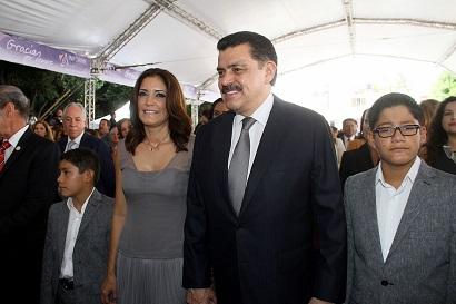 La señora Lupita Romero acompañada por su esposo, el gobernador Olvera Ruíz y sus hijos.