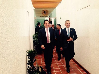 Omar Fayad y el Jefe de Gobierno, Miguel Ángel Mancera,  caminan por los pasillos del Congreso Local
