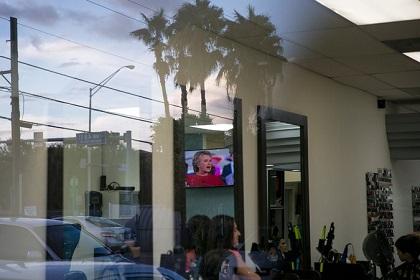 Una peluquería en Doral, muestra su inclinación por  Hillary, en gráfica. Así publica The New York Times. (CreditIlana Panich-Linsman)