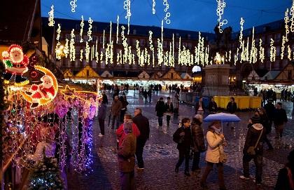 MADRID: La plaza Mayor  de la capital española luce  sus emblemáticas luces, el tiovivo el tradicional mercadillo de nacimientos y adornos navideños  ¡Ole! Ninguna crisis económica puede opacar la fiesta de fiestas.