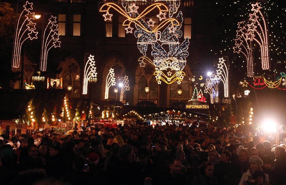 VIENA: Belleza de la capital austriaca está situada a orillas del Danubio, y  sus preciosos mercadillos navideños. Son imágenes que miles recorren lo que parece el tiempo detenido,  bajo una decoración lumínica de ensueño: ahí los símbolos de toda víspera navideña. Así esperan la Nochebuena.