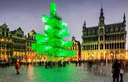 BRUSELAS: Este árbol artificial de 24 metros con formas cúbicas fue diseñado por los arquitectos franceses Pier Schneider y Francois Wunschel. Es vísperas de Navidad, decora la Grand Place de Bruselas
