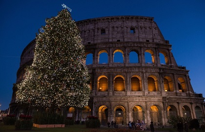 """ROMA: Un enorme árbol de Navidad, iluminado con  lamparitas diminutas fabricadas ex profeso, delinean la """"modernidad"""" y la  antigüedad, que representa el  Coliseo de la ciudad de los cesares, la ciudad d elos papas, la ciudad sde los emperadores y la ciudad eterna"""