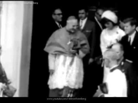 En marzo de 1962, Jacqueline Kennedy (de tocado y traje blanco) y John F. Kennedy