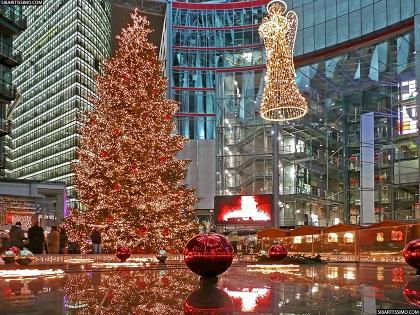En Berlín la Navidad al estilo Alemán, lejos de tiempos de muros y acciones bélicas, la viva imagen de una nación feliz que se expresa en su decorado.